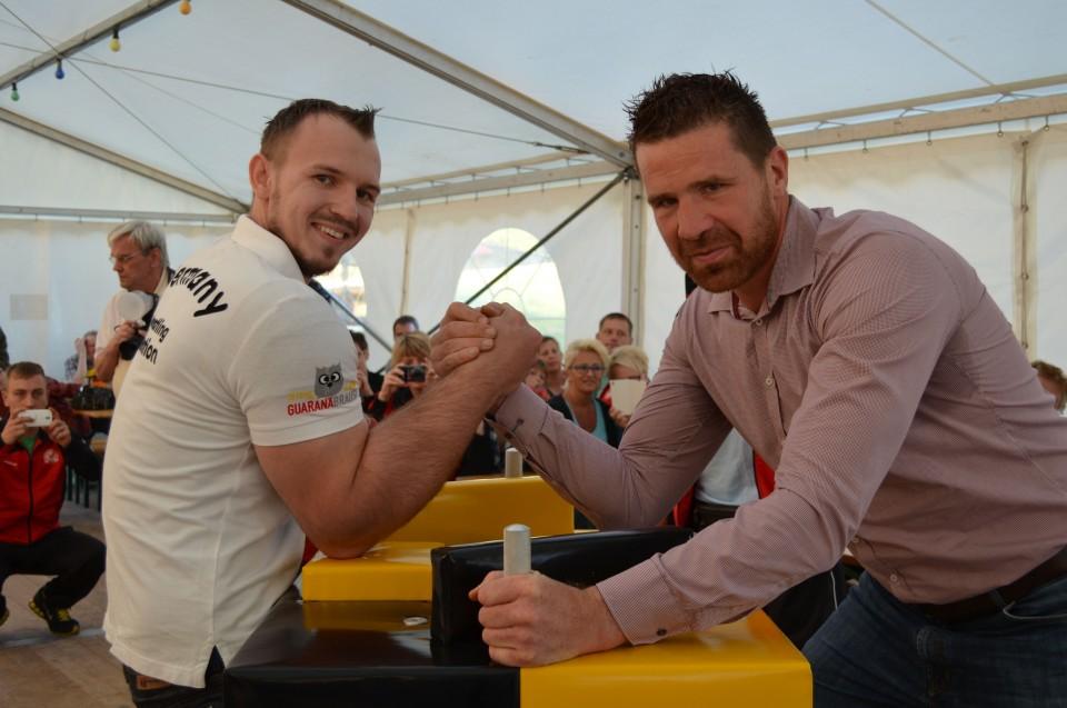 Armwrestling für den guten Zweck: Deutsche Eiche vs Hellboy